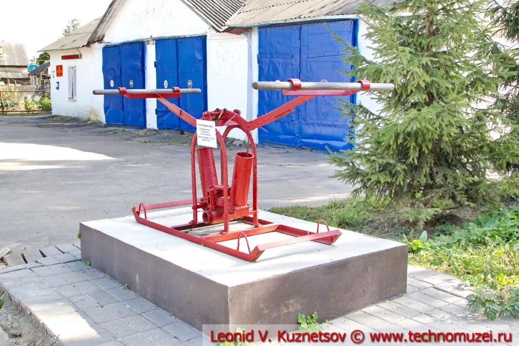Памятник ручному пожарному насосу в Хомутово Орловской области перед пожарной частью