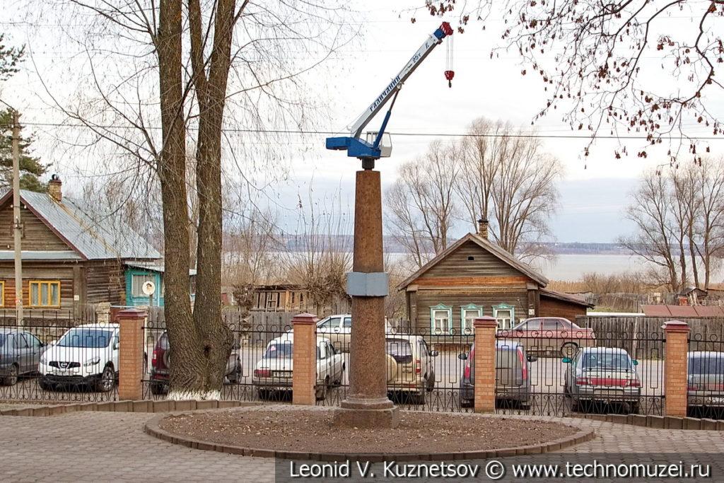 Памятник автокрану перед Галичским крановым заводом