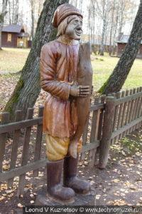 Емеля с волшебной щукой на Поляне сказок в этнографическом музее Костромская слобода