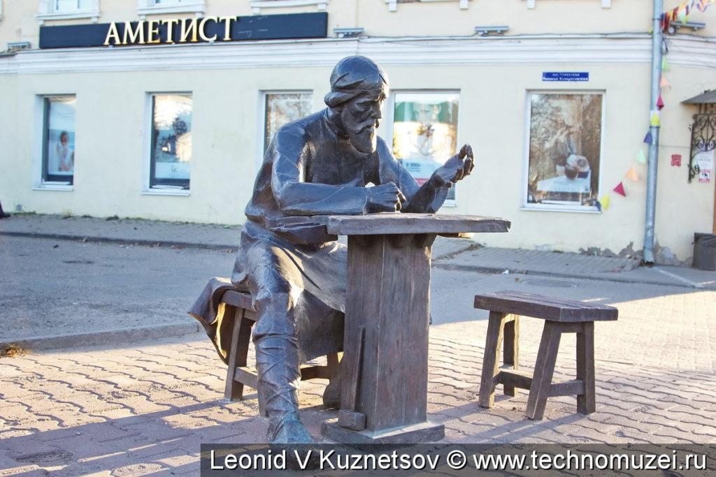 Памятник ювелиру кустарю в Костроме