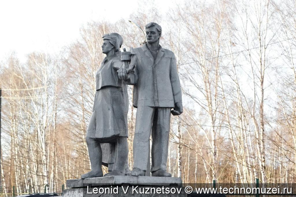 Памятник машиностроителям в Костроме