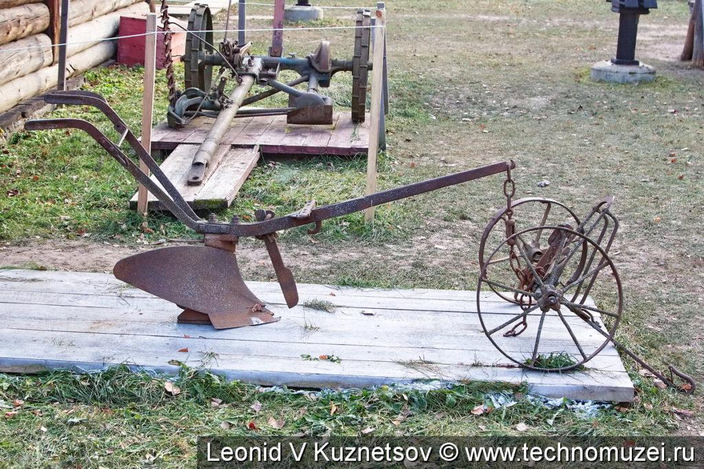Конный однолемешный плуг с передком в этнографическом музее Костромская слобода