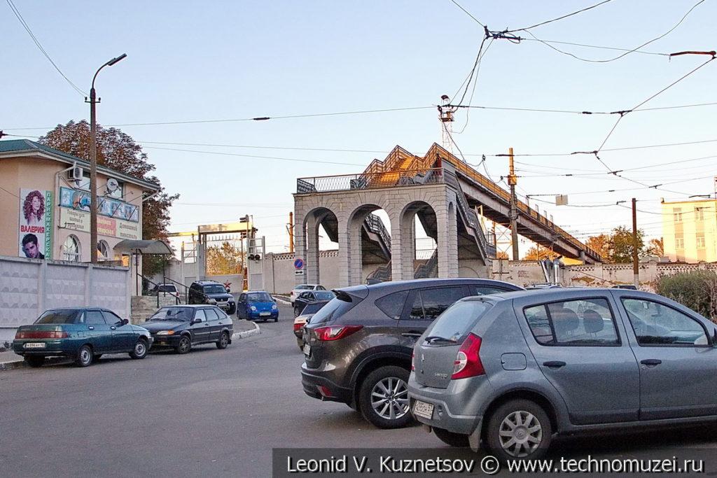 Пешеходный мост у железнодорожного вокзала в Орле