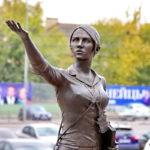 Скульптура Девушка-гид в Орловском ГРИНН Центре