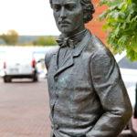 Скульптура Николая Лескова в Литературном сквере у Орловского ГРИНН Центра