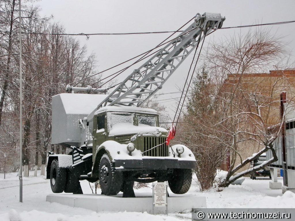 Памятник автокрану К-51 на Ивановском крановом заводе