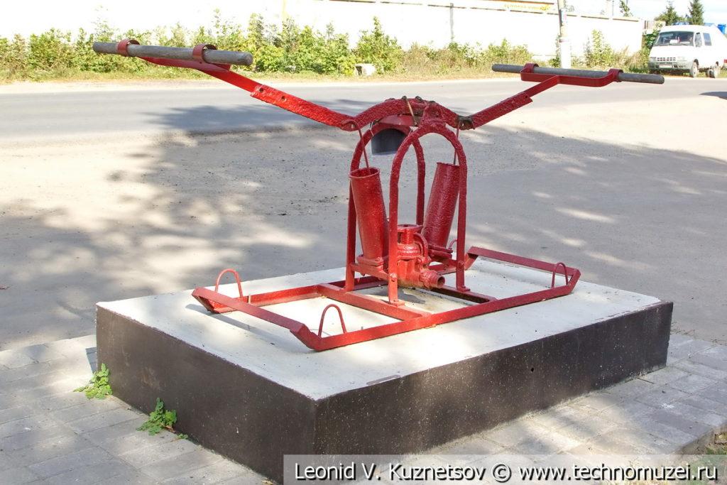 Памятник ручному пожарному насосу в Хомутово Орловской области