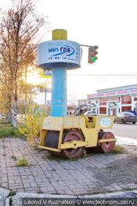 Памятник каток ДУ-54 в Ярославле у дорожного управления