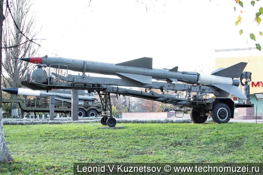 Зенитная ракета С-75 на транспортном прицепе у музея Боевой Славы в Ярославле
