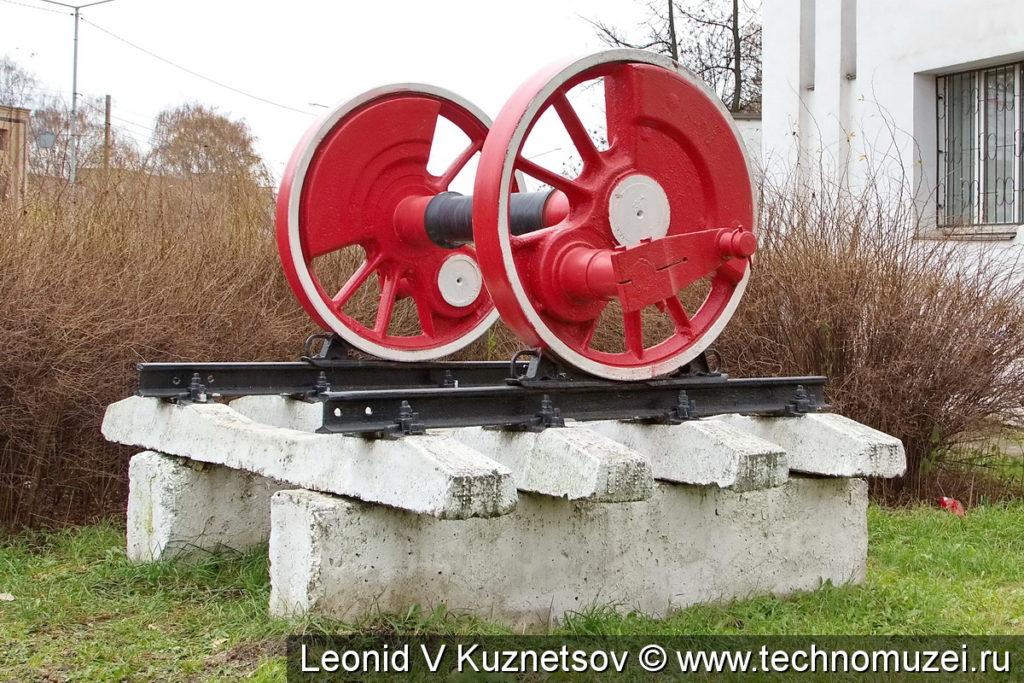 Ведущая ось паровоза у Ярославского железнодорожного колледжа