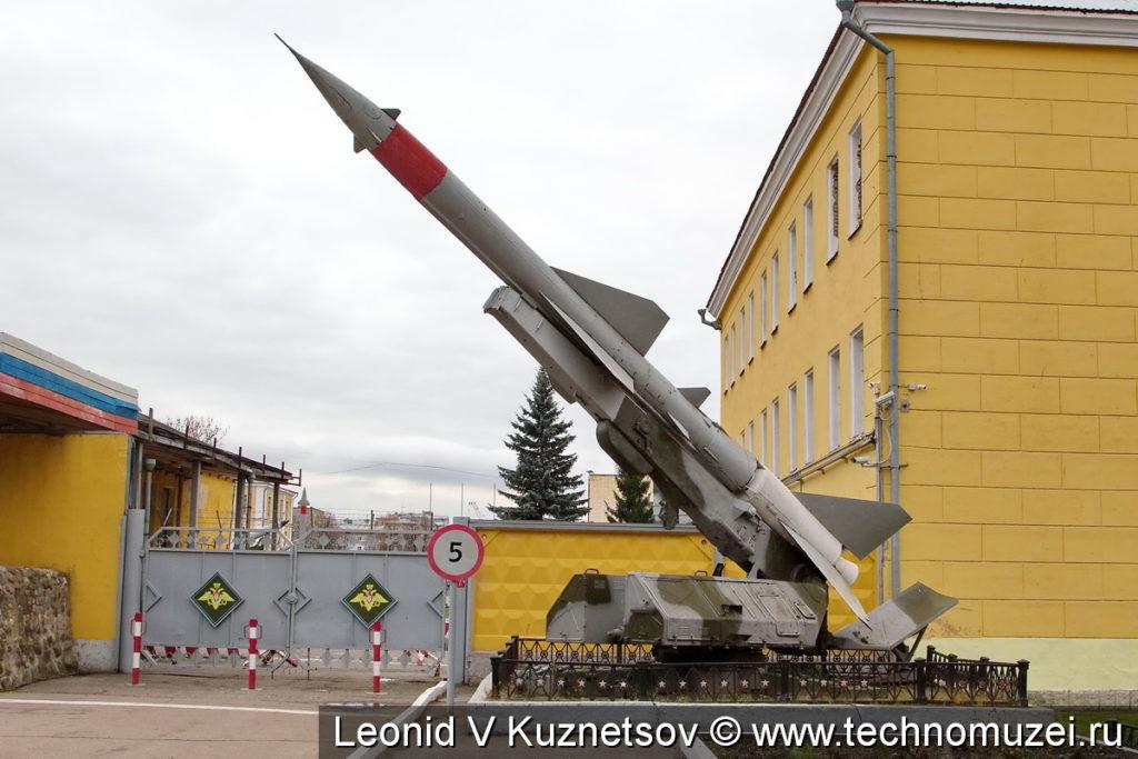Зенитная ракета на пусковой установке СМ-90 комплекса С-75М Волхов у Ярославского училища ПВО