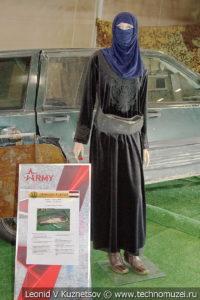 Террорист-смертник с поясом шахида на выставке сирийских трофеев в парке Патриот