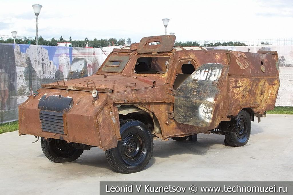 Самодельный бронеавтомобиль боевиков на шасси Toyota Land Cruiser на выставке сирийских трофеев в парке Патриот