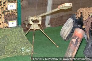 Противотанковое ружье на треноге на выставке сирийских трофеев в парке Патриот