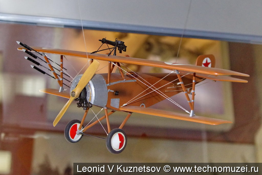 Модель самолета Ньюпор XXIII 1914 года с ракетами Ле Приегра в музее войск ПВО в Балашихе