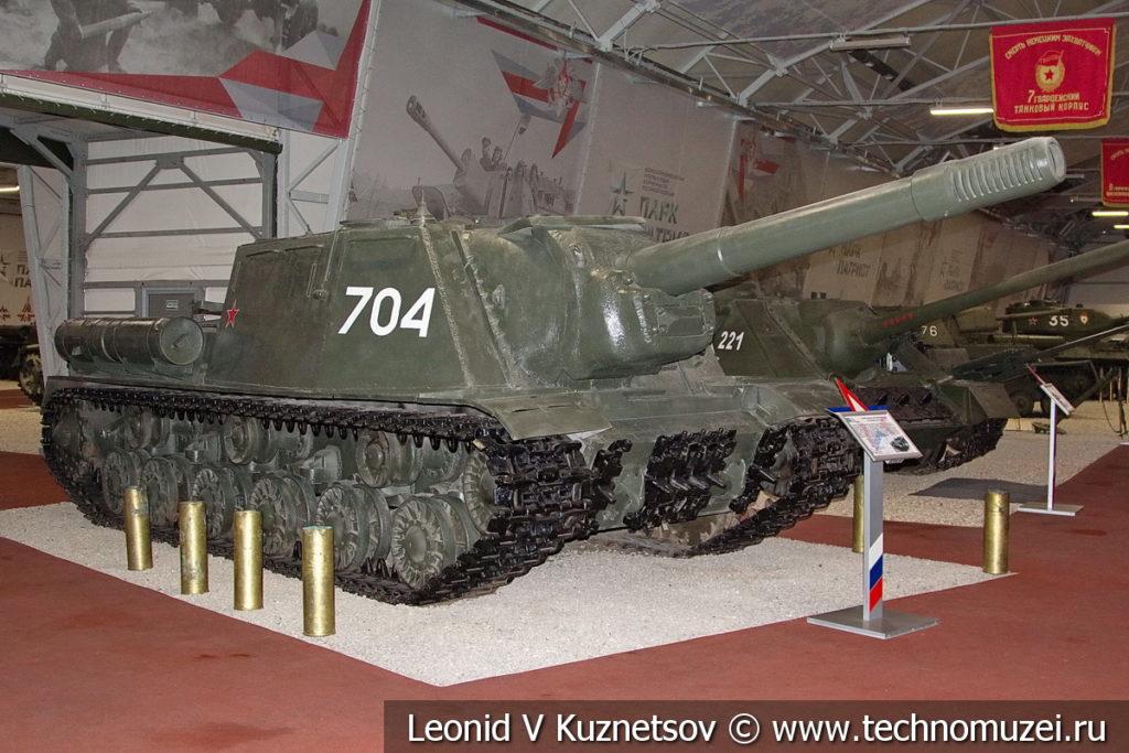 152-мм самоходная артиллерийская установка ИСУ-152 в музейном комплексе парка Патриот
