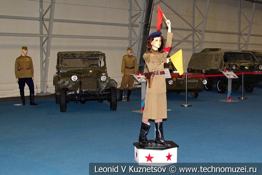Девушка-регулировщица в форме военных лет в музейном комплексе парка Патриот