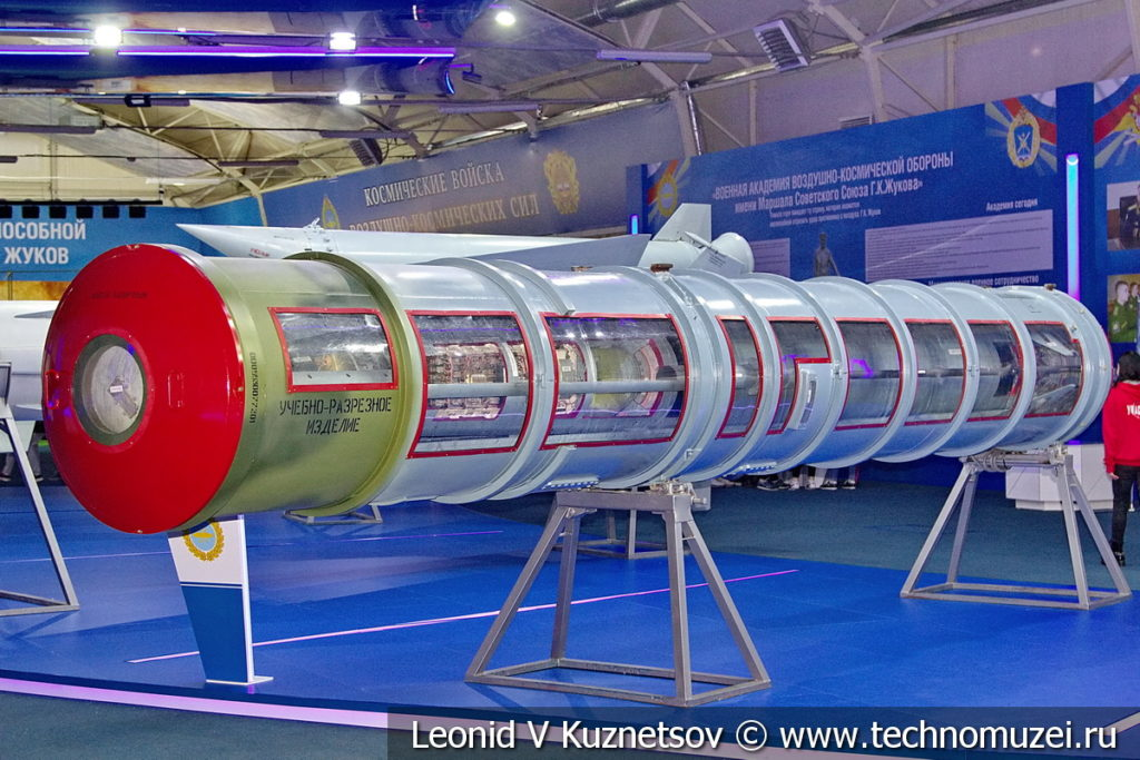 Зенитная ракета комплекса С-300 (модели 5В55Р и 4Н6Е2) в музейном комплексе парка Патриот