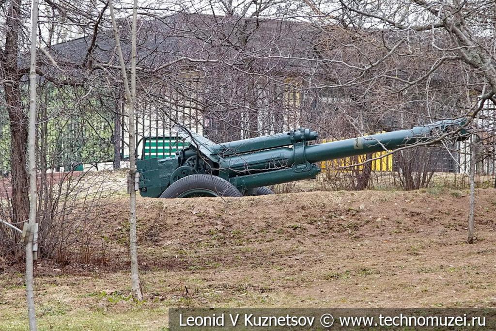 152-мм гаубица Д-1 (52-Г-536А) образца 1943 года на закрытой позиции в музее Победы на Поклонной горе