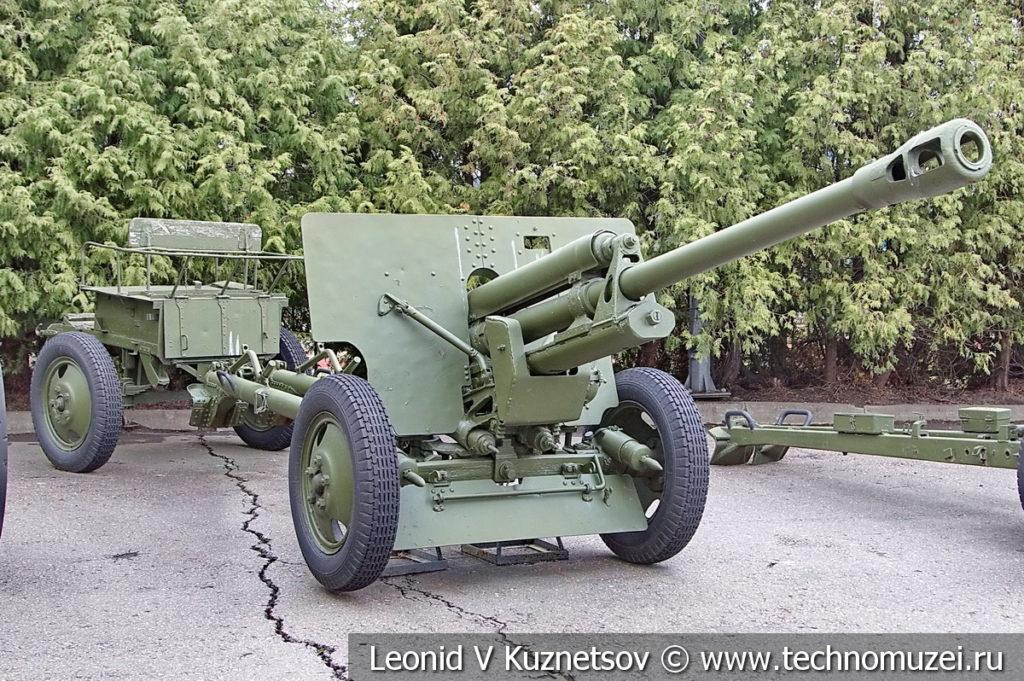 76-мм дивизионная пушка ЗиС-3 (52-П-354У) образца 1942 года с передком в музее Победы на Поклонной горе