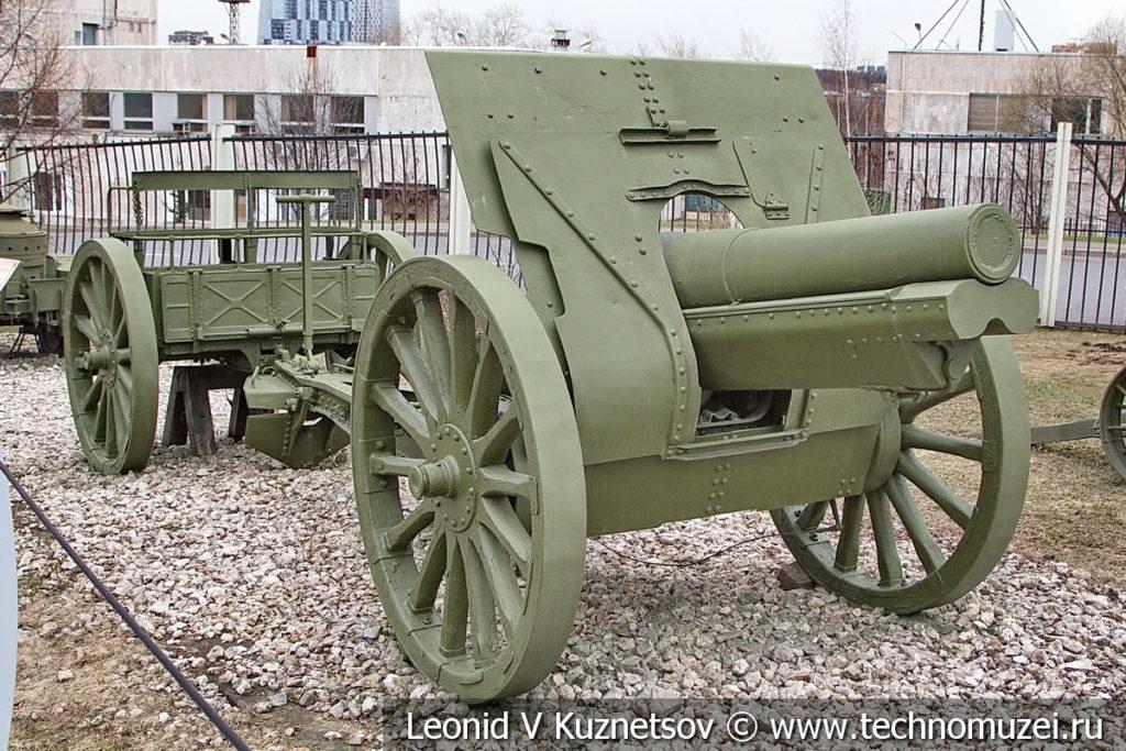 122-мм полевая гаубица образца 1910/1930 годов на спицованых колесах с передком в музее Победы на Поклонной горе