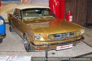 Ford Mustang 1965 года в автомузее Моторы Октября в Москве