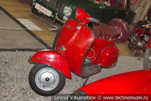 Мотороллер Vespa в автомузее Моторы Октября в Москве