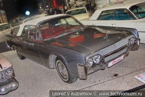 Кабриолет Lincoln Continental 1961 года в автомузее Моторы Октября в Москве