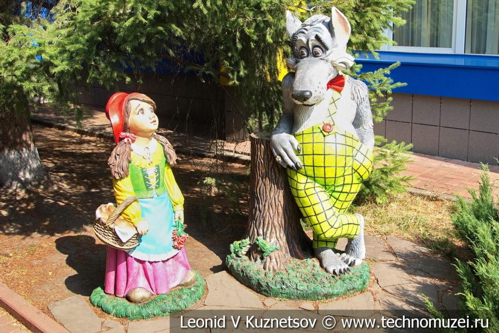 Скульптура Волк и Красная Шапочка на Тульской детской железной дороге