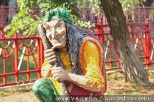 Скульптура Баба-Яга на Тульской детской железной дороге
