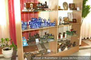 Витрина с подарками и сувенирами в выставочном зале Тульской детской железной дороги