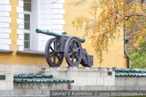 Пушки у Арсенала в Московском Кремле