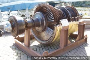 Паротурбинная установка подводной лодки в Музее Военно-морского флота в Москве