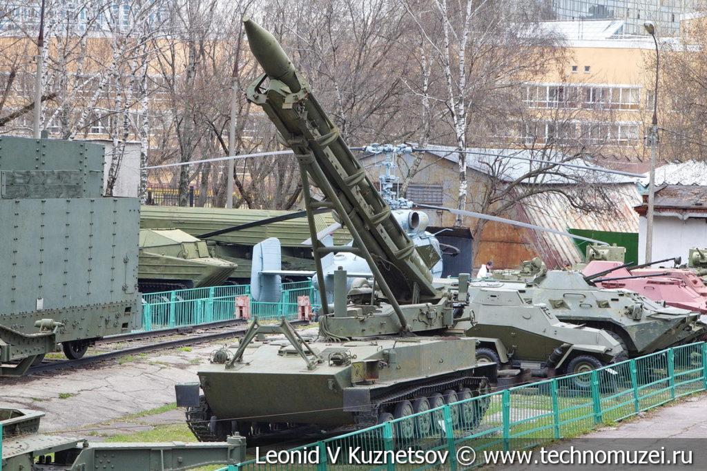 Пусковая установка 2П16 с ракетой 3Р9 тактического ракетного комплекса 2К6 Луна в Центральном музее Вооруженных Сил