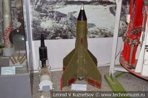 Учебный снаряд гладкоствольной пушки и ракета комплекса Шмель в Центральном музее Вооруженных Сил