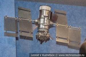 Модель спутника глобальной навигационной системы Гейзер в Центральном музее Вооруженных Сил