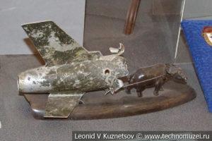 Фигурка буйвола из обломка сбитого во Вьетнаме американского самолета в Центральном музее Вооруженных Сил
