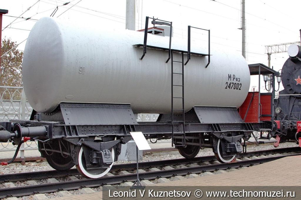 Двухосная цистерна для бензина с тормозной площадкой в Железнодорожном музее на Рижском вокзале