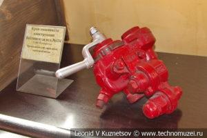 Детали паровозов в экспозиционном зале депо в железнодорожном музее на станции Подмосковная
