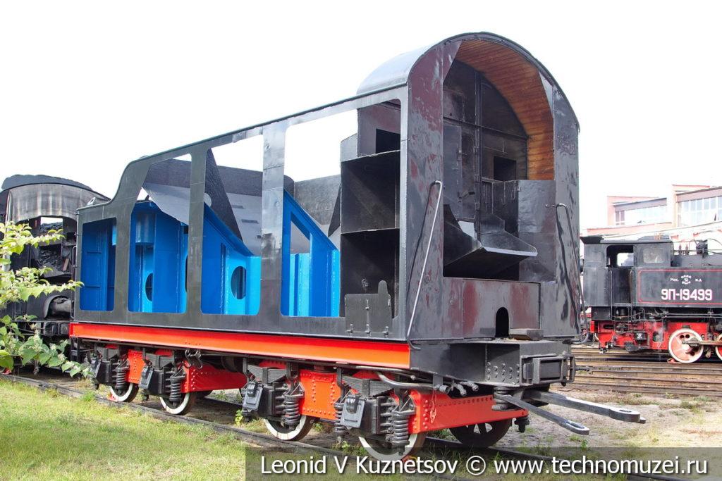 Паровозные тендеры у депо в железнодорожном музее на станции Подмосковная