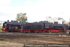 Паровозы у депо в железнодорожном музее на станции Подмосковная