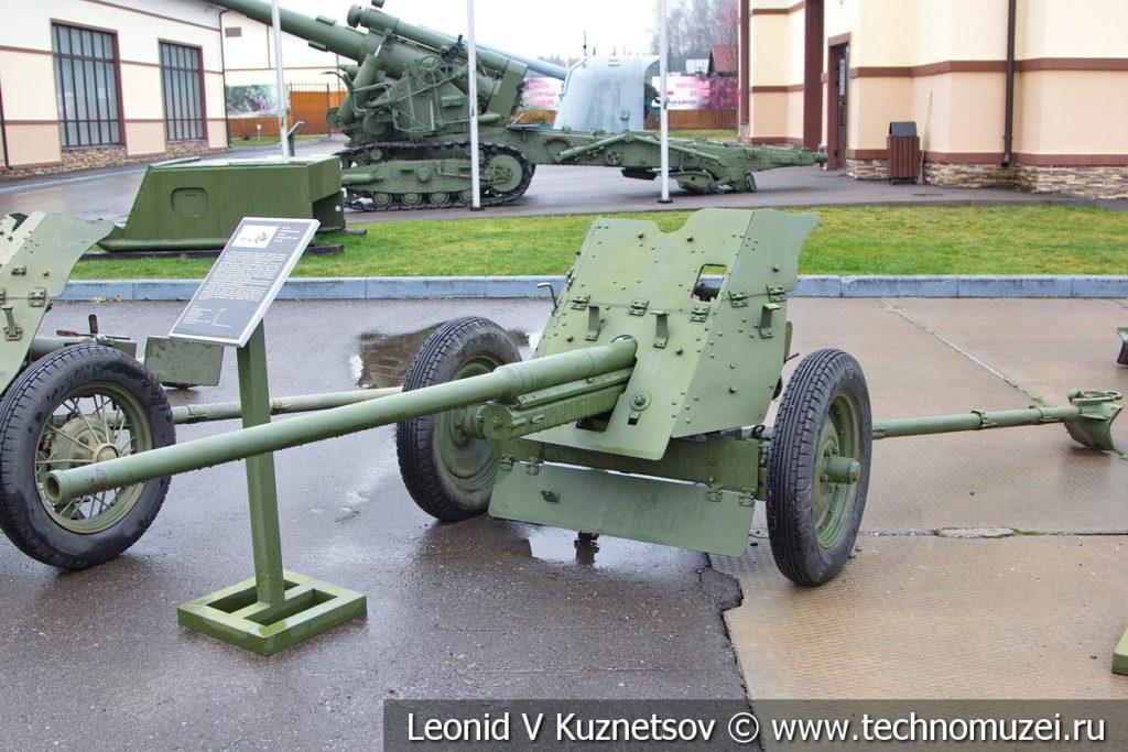 45-мм противотанковая пушка образца 1942 года М-42 в музее отечественной военной истории в Падиково