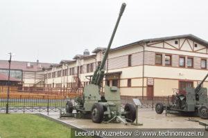 100-мм зенитная пушка КС-19 (52-П-415) 1947 года в музее отечественной военной истории в Падиково