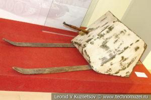 Стрелковый щит ЗБШ Ижорского завода в зимнем камуфляже в музее отечественной военной истории в Падиково