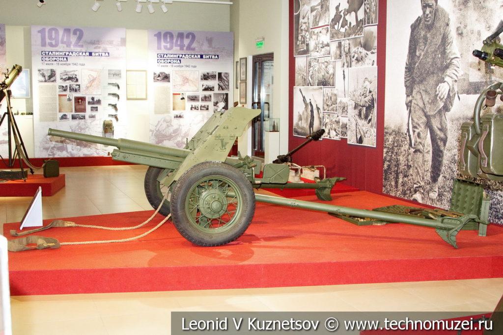 45-мм противотанковая пушка образца 1937 года 53-К с лямками для перекатывания орудия вручную в музее отечественной военной истории в Падиково