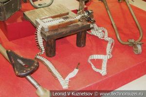 Станок для заправки патронов в холщовую пулемётную ленту в музее отечественной военной истории в Падиково