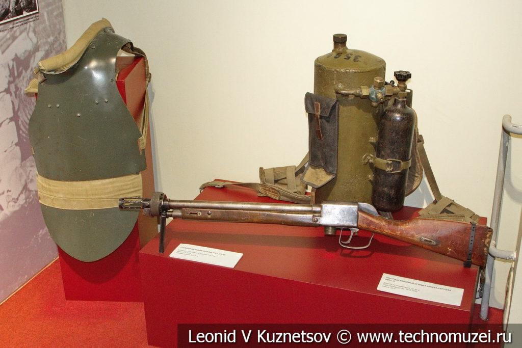 Пехотный ранцевый огнемёт РОКС-3 в музее отечественной военной истории в Падиково