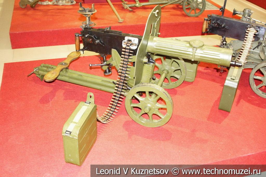 Пулемёт Максима образца 1910/30 года поздних выпусков на универсальном станке-треноге Владимирова образца 1939 года в музее отечественной военной истории в Падиково