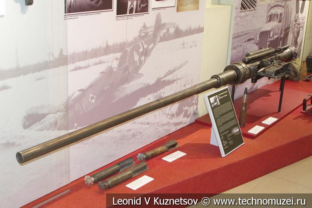 37-мм авиационная пушка НС-37 и снаряд к ней в музее отечественной военной истории в Падиково