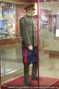 Генерал-майор в общевойсковой повседневной форме в музее отечественной военной истории в Падиково